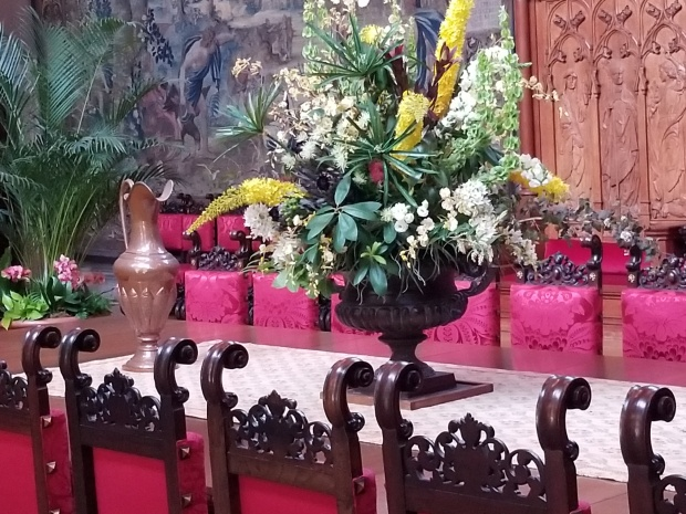 castle decor dining room flowers